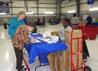 PECO shares information on how to conserve energy and gives away energy-efficient light bulbs.